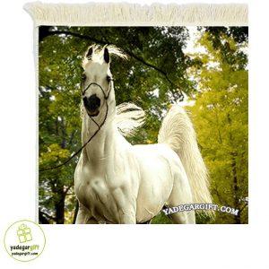 تابلو فرش ماشینی طرح حیوانات اسب سفید درمزرعه کد 1006