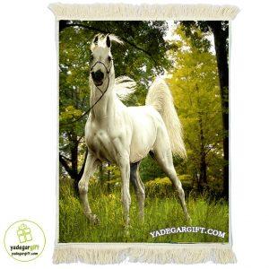 تابلو فرش ماشینی اسب سفید درمزرعه